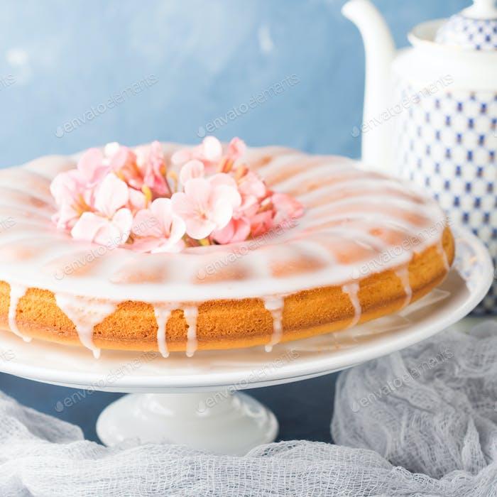 Bundt Kuchen mit Zuckerguss. Festliche Leckerbissen Frühlingsblumen
