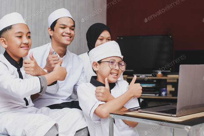 Videollamada familiar musulmana con computadora portátil