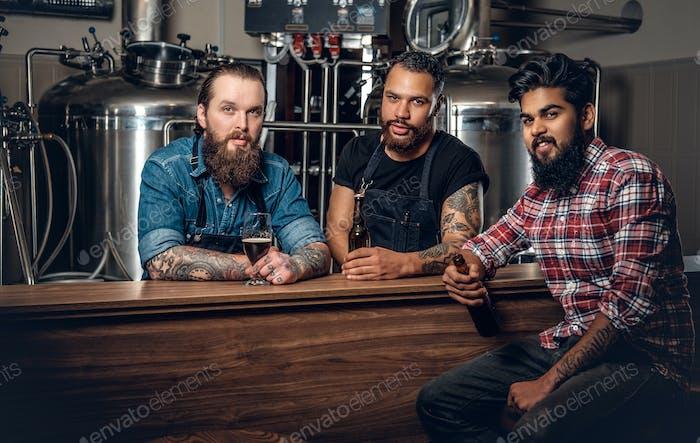 Stilvolle Drei Männer Männer trinken Craft Bier in der Mikrobrauerei.