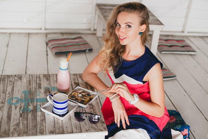 joven y elegante mujer hermosa en el café