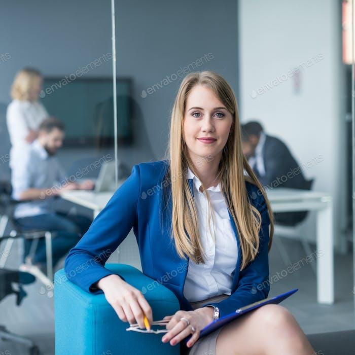 Привлекательная деловая женщина