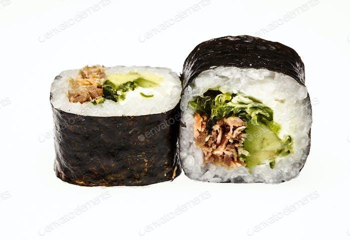 Frisches asiatisches Sushi isoliert auf weißem Hintergrund