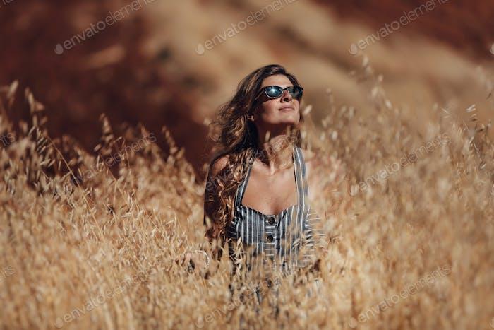 Schöne Frau auf Weizenfeld