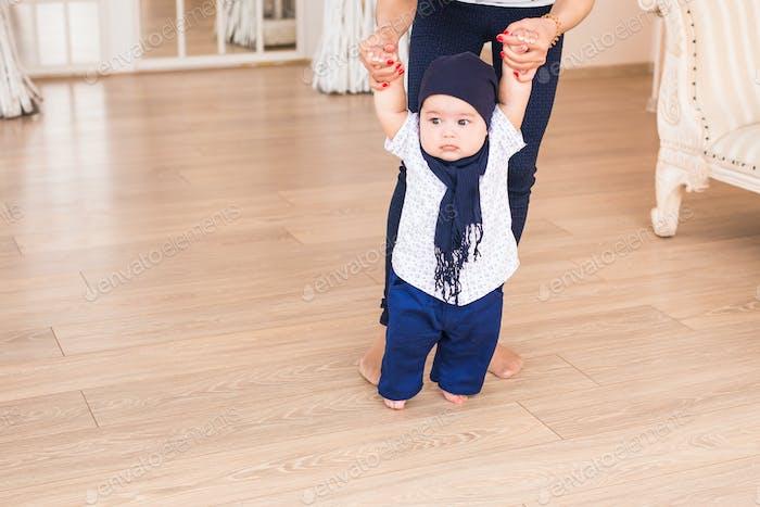 Baby erste Schritte mit Mutter Hilfe