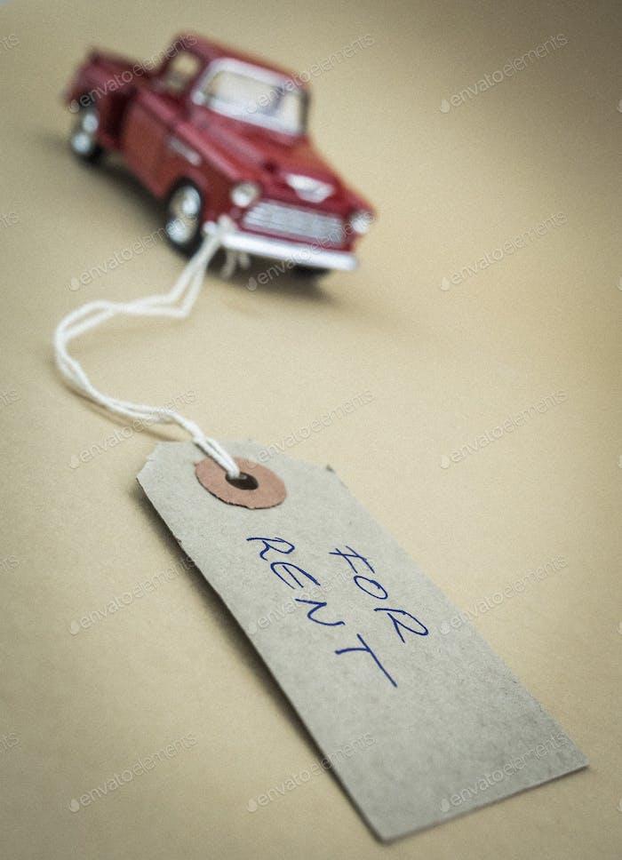 Alter Miniaturwagen mit markiertem Etikett zum Verkauf, Business-Konzept