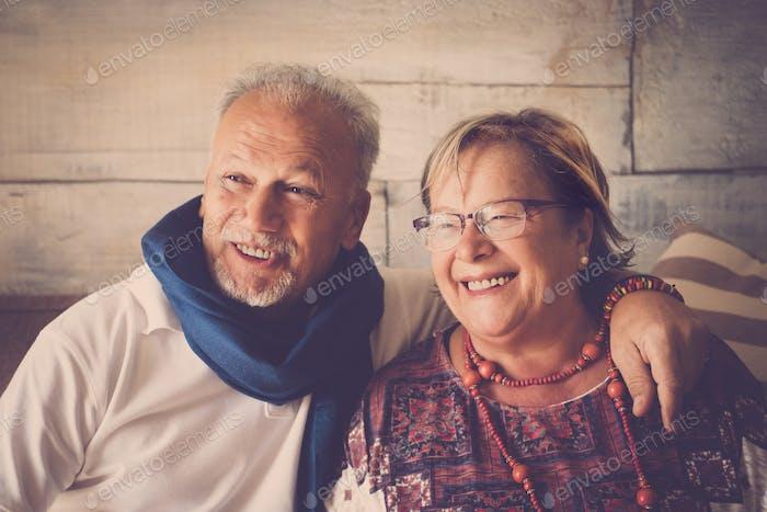 Glückliche ältere Ehepaar zu Hause verheiratet