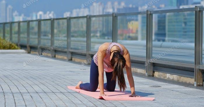 Frau tun Yoga im Freien Stadt