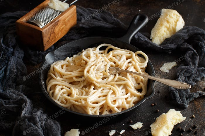Cacio e pepe, italian cheese and pepper pasta