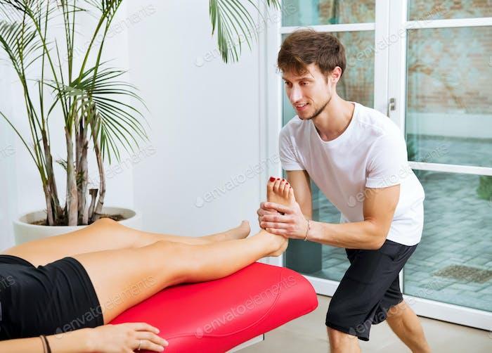 Osteopath macht eine Sprunggelenkdekontraktion