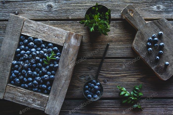 Frisch gepflückte Blaubeeren sind in einer Holzkiste. Gesunde Ernährung, Gesundheit