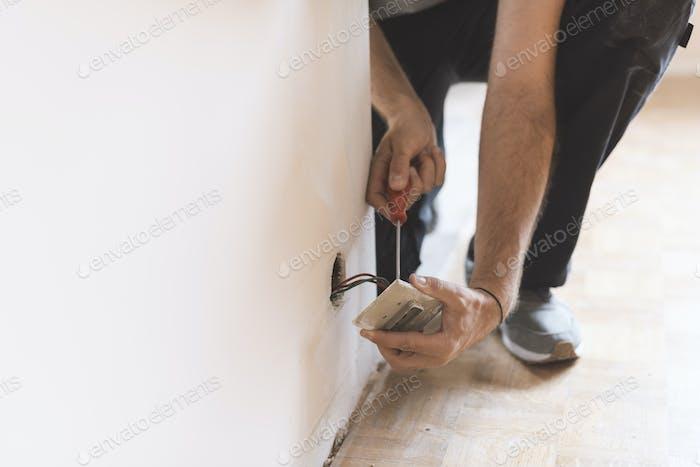 Professioneller Elektriker, Installation von Steckdosen zu Hause