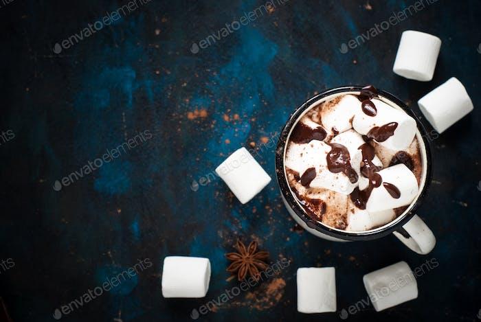 Schokolade mit Marshmallow im Becher