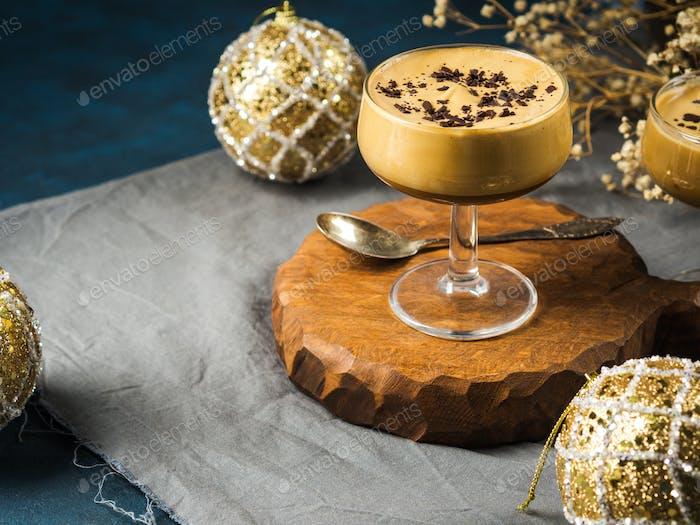 Frappe Kaffee Glace in Gläsern. Weihnachten Dessert