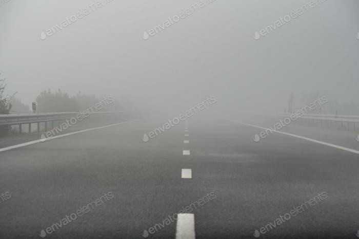 Foggy Autobahn leere Straße