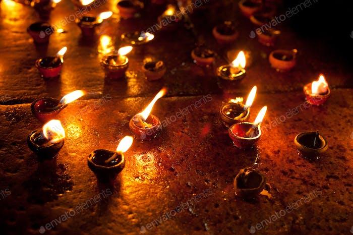 Ardiendo lámparas de aceite en el templo hindú. India (India)