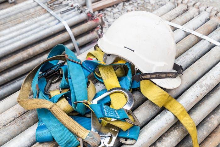 Casco de seguridad y arnés de seguridad en una obra de Construcción