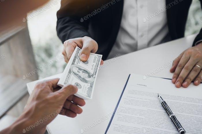 Los empresarios están recibiendo dinero