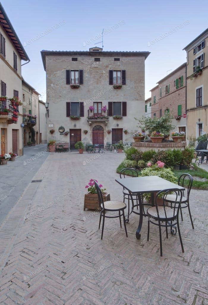 Mittelalterlicher Platz in Italien