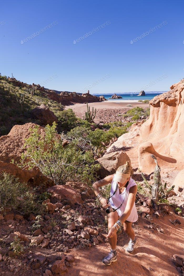 Mujer senderismo cerca del Mar de Cortés