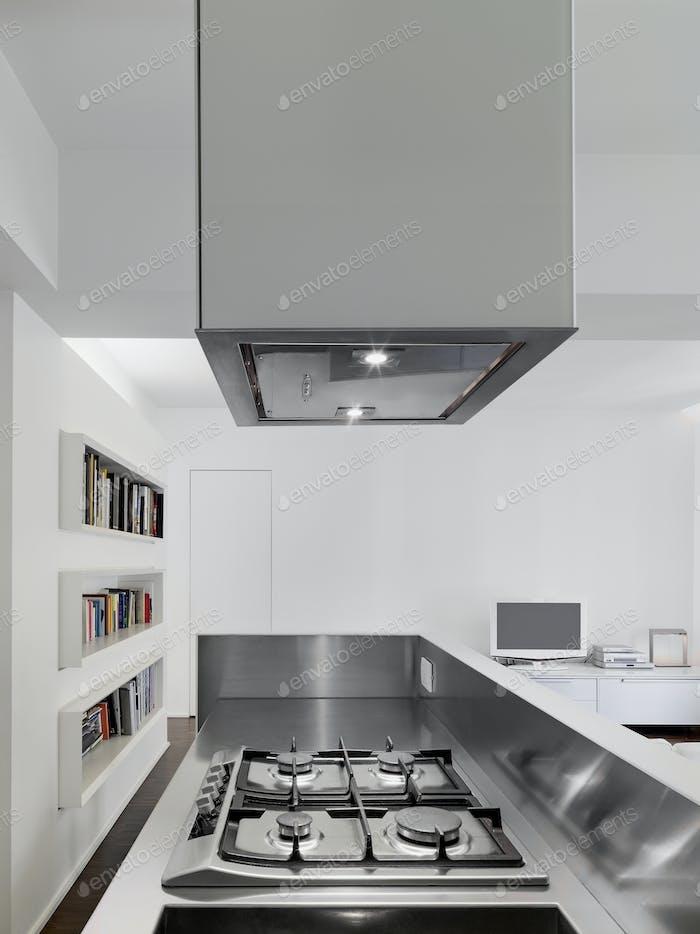 Nahaufnahme eines Gaskochfeldes im modernen Kücheninnenraum