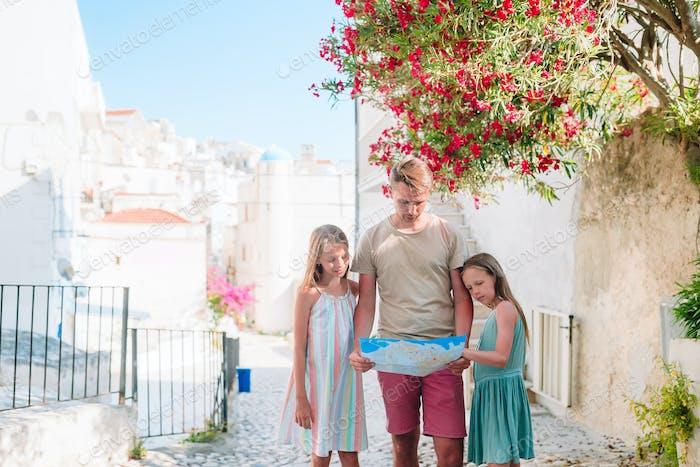 Família de três férias em férias europeias