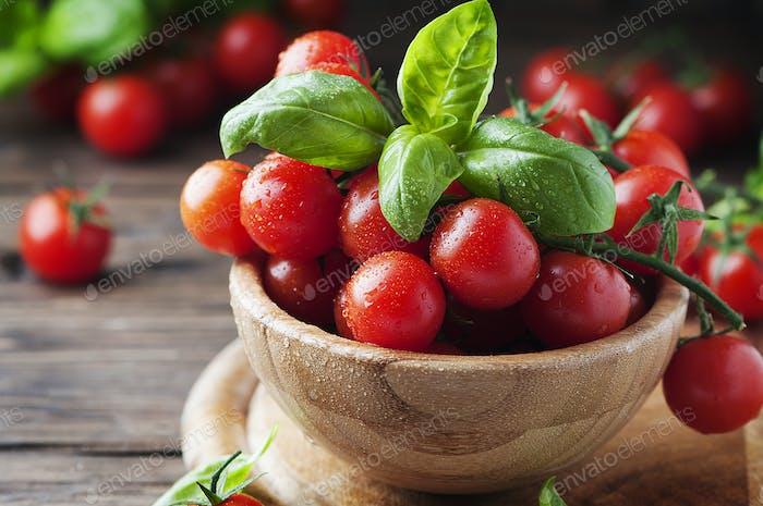 Konzept der vegetarischen Küche mit Tomaten und Basilikum
