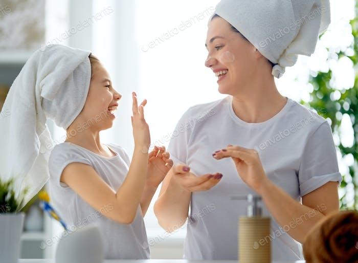 Mutter und Tochter Pflege für die Haut