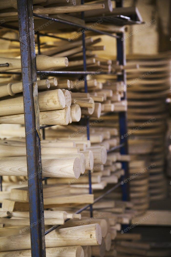 Cierre de piezas de mobiliario de madera en un taller de carpintería.