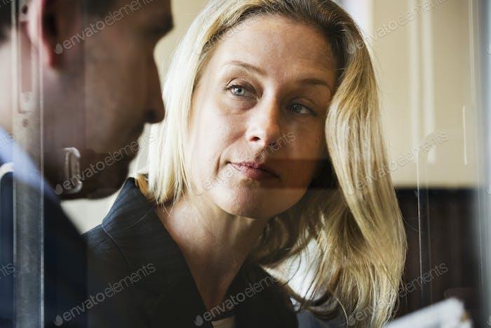 Porträt einer Geschäftsfrau und Geschäftsmann im Gespräch. Treffen.