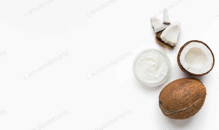 Frische Kokos- und Kokosbutter auf weiß