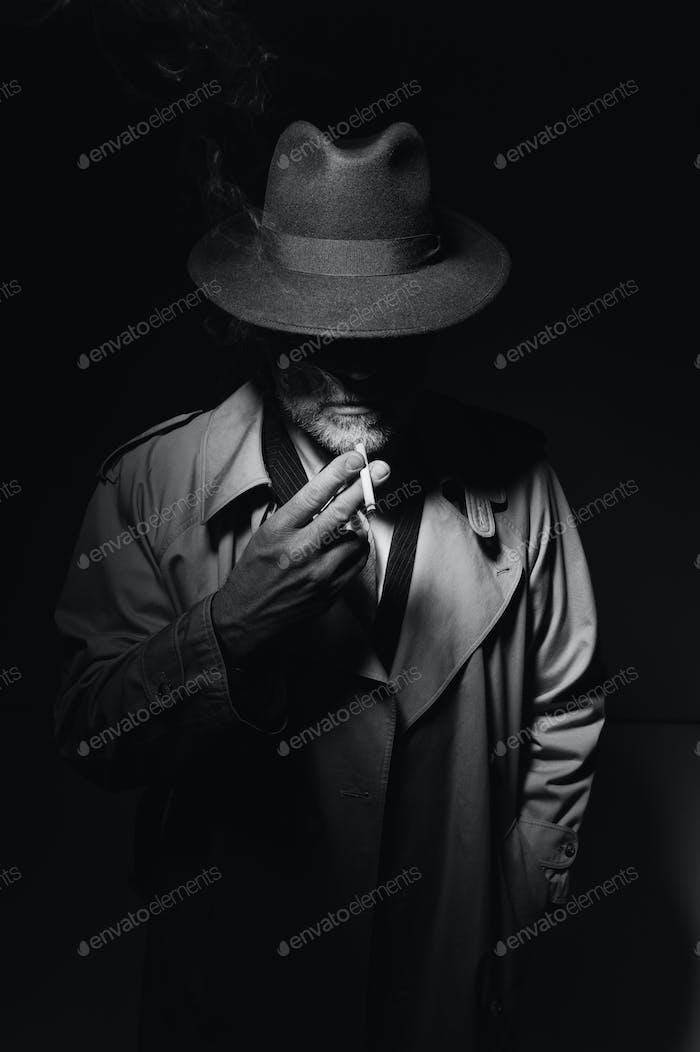 Noir Film Charakter Rauchen eine Zigarette