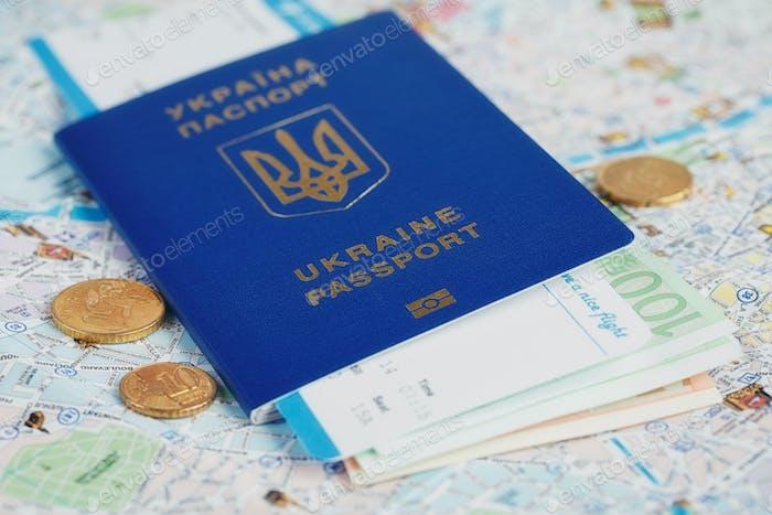 Pasaporte ucraniano y dinero en el mapa