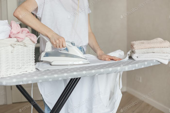 Frau bügeln weiß clead gewaschen Hemd zu Hause