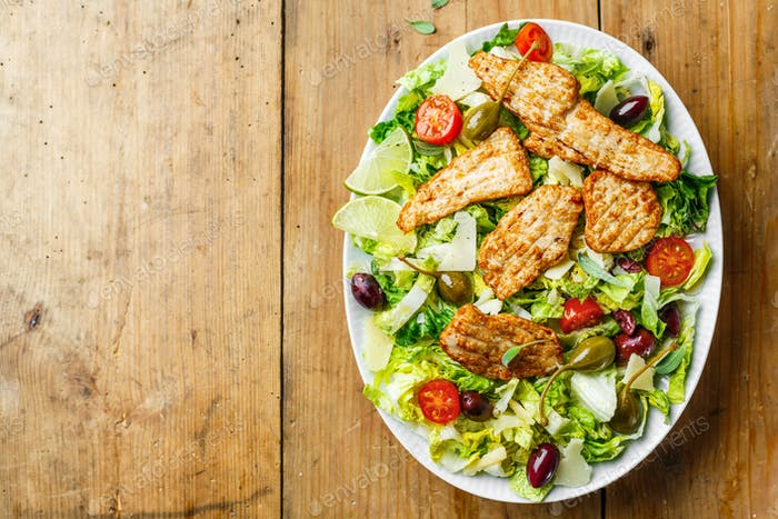 Hähnchensalat mit Gemüse und Oliven