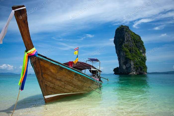 Traditionelles Longtail Boot und Poda Insel, Thailand.