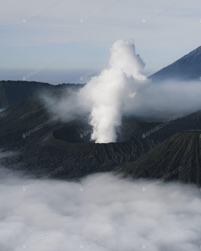 Humo fuera del volcán
