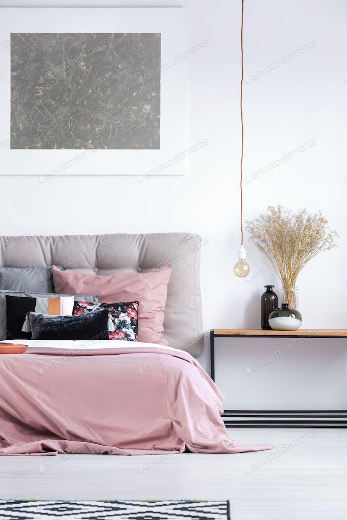 Gemütliches Schlafzimmer mit Pastellbettwäsche