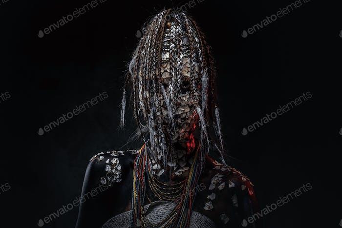 Retrato de cerca de una bruja de la tribu africana indígena, vistiendo traje tradicional