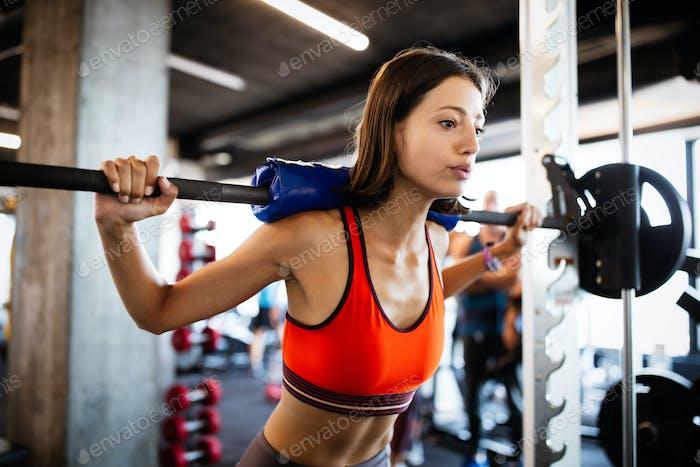 Porträt einer schönen fit sportliche Frau im Fitnessstudio