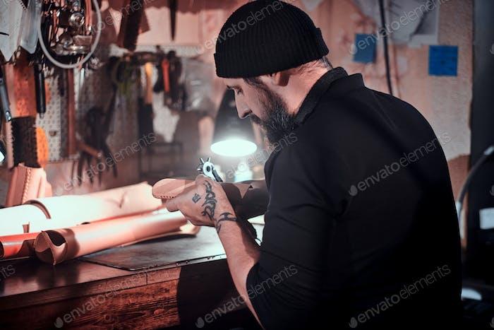 Talentierter Kerl ist kreativ ein neues Design