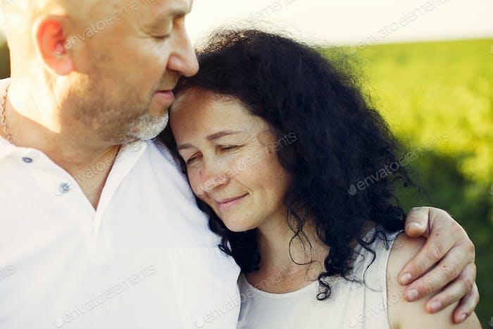 Schöne erwachsene Paar verbringen Zeit in einem Sommerfeld