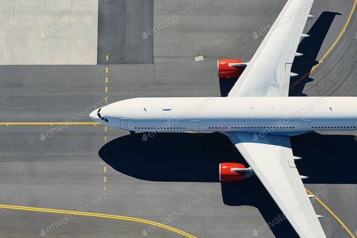 Luftaufnahme des Flugzeugs am Flughafen