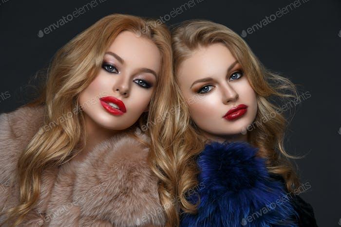 Zwei schöne Mädchen in Mode Pelzmäntel