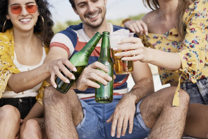 Gruppe von Freunden tun feierlichen Toast mit Bier