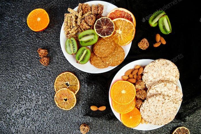 Gesunde Snacks - Vielfalt Hafer Müsliriegel, Reis Crips, Mandel, Kiwi, getrocknete Orange