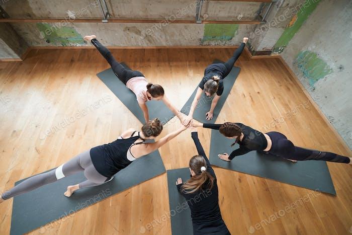Gruppe von Frauen Stretching in Halle