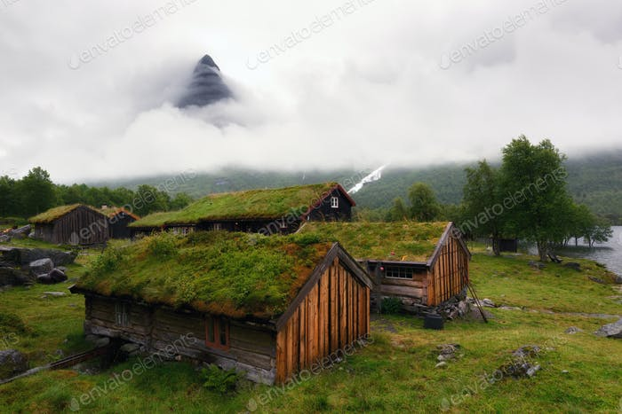Norwegisches Rasendach altes Haus