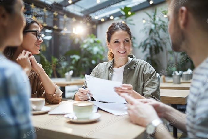 Geschäftsteam Arbeiten in Outdoor Cafe