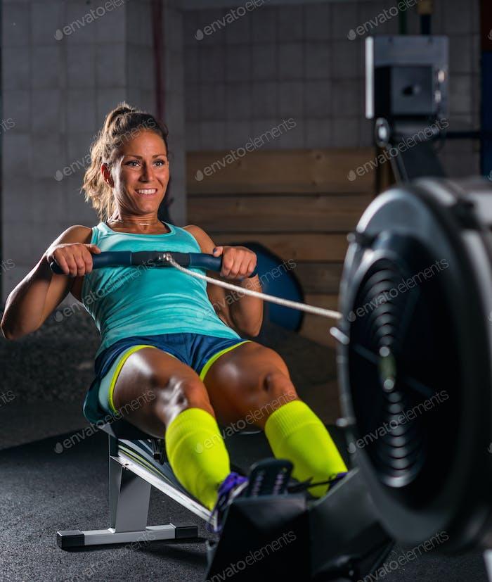 Sportlerin trainieren auf Rudergerät