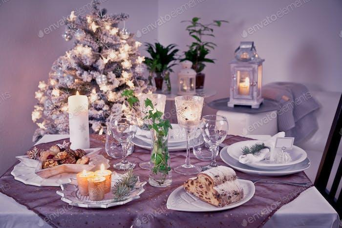 Tisch-Einstellung für die Feier Weihnachten und Neujahrsfeiertage. Festlicher Tisch zu Hause.